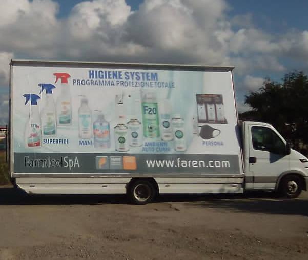 Velabus, camion vela itineranti decorati con poster
